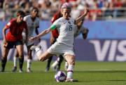 Megan Rapinoe tire un penalty pendant la Coupe... (PHOTO LIONEL BONAVENTURE, AGENCE FRANCE-PRESSE) - image 2.0