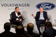 Les PDG de Volkswagen, Herbert Diess, et de... (PHOTO SETH WENIG, AP) - image 3.0