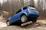 Que ce soit sur trois roues ou sur quatre, le Land Rover LR2 est un véritable passe-partout capable d'affronter tout genre de terrain.