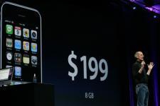 Steve Jobs présente l'iPhone 3G... (Reuters)