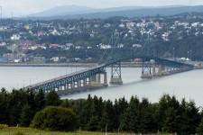 Un court pont sépare l'île d'Orléans de Québec... (Archives La Presse)