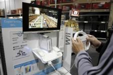 Un consommateur joue avec une Wii dans un...