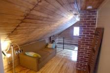 Une maison dégarnie et rénovée selon le principe de la récupération.