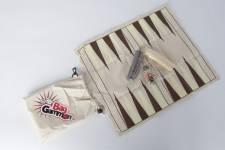 Outre les jeux de cartes qui se glissent bien dans la poche ou le sac à main, il y a différentes versions «voyage» de plusieurs jeux qui peuvent aider à passer le temps dans les aéroports ou dans les trains. En voici quelques-uns que l\'on peut emporter d