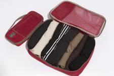 Des articles bien rangés dans la valise prennent moins d'espace. Le système Pack-It d'Eagle Creek comprend toute une gamme de sacs à fermeture éclair qui peuvent recevoir plusieurs pièces de vêtements pour une organisation optimale. Indispensables dans les valises à coque, ces sacs réduisent également le froissement des tissus. Ils sont en vente dans les boutiques spécialisées de voyage.