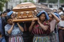 La Presse a assisté à une procession funéraire dans un village autochtone maya, en plein coeur du Guatemala. Pour saluer une dernière fois une femme de 64 ans, presque tout le village a défilé dans les rues de San Antonio Aguas Calientes. Une cérémonie colorée, à des lieues des célébrations funèbres du Québec.<!--EndFragment-->