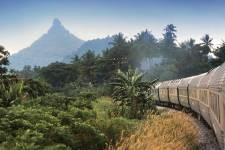 Le Eastern and Oriental Express, petit frère du légendaire Venice Simplon-Orient-Express, est le seul train de luxe de l'Asie du Sud-Est. De Singapour à Bangkok, sur un peu plus de 2000 km, ses wagons tout droit sortis d'un film d'époque traversent trois pays, mille paysages et donnent naissance à des souvenirs impérissables.