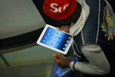 Le chiffre d'affaires dégagé par les transactions mobiles a progressé de   ... (Photo Reuters)