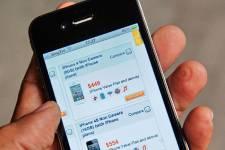 Repérer une paire de baskets sur internet, finir sa commande sur le  téléphone... (Photo AFP)