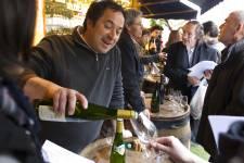 Bars à vin, caves à manger, bistrocaves, cavistes... Il est beaucoup trop facile de (bien) boire à Paris! On prend l'apéro debout, sur le trottoir. Des vignerons font déguster leurs cuvées gratuitement en plein air. Les caves à manger nous laissent repartir avec une bouteille à 10 euros. À Paris, on en profite pour faire toutes ces choses qui sont interdites chez nous!