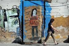 Slogans politiques tagués à la va-vite ou véritables oeuvres d'art   urbain maniant un humour noir corrosif, la crise économique grecque   inspire les auteurs de graffitis et de street art à Athènes.
