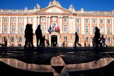 À Toulouse, le rose est omniprésent. Ce n'est pas seulement la couleur des façades de ses maisons, c'est aussi celle de sa charcuterie, de son vin de pays, des pétales de ses violettes et du visage de ses habitants qui passent parfois trop d'heures sur les terrasses des cafés à se prélasser au soleil. La ville rose porte bien son nom.