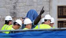 L'Université Penn State retire la statue de l'ancien entraîneur-chef Joe Paterno à l'extérieur Beaver Stadium.                                                                                                                                     Des  camions d'entrepreneurs et les policiers sont arrivés au  lever du soleil dimanche et ont entouré d'une toile le monument de plus  de 2 mètres et de 400kilos.