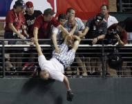 Les amateurs de baseball doivent être aux aguets, car en moyenne, près de 40 balles sont frappées dans leur direction lors de n'importe quel match des lignes majeures, et de plus, parfois même un bâton se glisse des mains du frappeur.