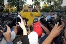 Le cycliste controversé Lance Armstrong était de passage à Montréal mercredi pour le Congrès mondial sur le cancer. Il en a profité pour inviter les Montréalais à venir jogger avec lui, sur le Mont-Royal. Un défi qui a été relevé par plusieurs.