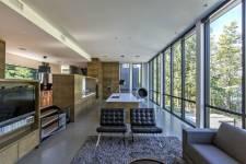 À Saint-Denis-de-Brompton, l'architecte Martin Champagne a conçu une maison contemporaine parfaitement organisée dans laquelle la vie des enfants, des parents (et des invités) est simplifiée. Voici quelques-unes des idées exploitées qui font de cette propriété un lieu agréable à habiter.