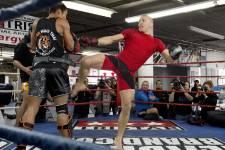 Pour préparer son combat retour le 17 novembre au Centre Bell, St-Pierre a tranché: les spécialistes des arts martiaux allaient désormais venir à lui. Pas l'inverse.