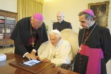 De nombreux tweets qui affluent vers le nouveau compte Twitter de Benoît XVI...