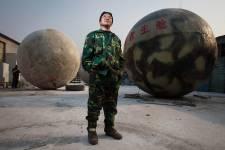 Qu'il s'agisse de la fin du calendrier Maya ou un désastre naturel, chose certaine, Liu Qiyuan est près pour la fin du monde. Inspiré des productions hollywoodiennes telles que le film 2012 ou encore de véritables désastres comme le tsunami indonésien de 2004, ce fermier de la région de Hebei au sud de Pékin utilise ses talents de soudeur afin de créer des sphères de survie pouvant hébergées jusqu'à 14 personnes.