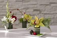 Pour Noël, les fleuristes nous proposent des centres de table simples, mais pétillants et faciles à réaliser. Pour une poignée de dollars et un peu d'imagination, tables, commodes et consoles serviront de support à ces jolies créations. En voici trois, en quelques étapes.