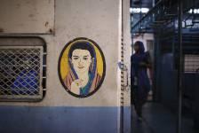 Navesh Chritakar, photographe de l'agence Reuters basé au Népal, documente en photos depuis longtemps le vaste service ferroviaire indien. Suite au tollé soulevé par le viol collectif d'une étudiante de 23 ans de New Delhi le mois dernier à bord d'un autobus, les pressions pour de meilleures conditions de sécurité pour les passagères prenant place dans les transports en commun augmentent. Chritakar nous propose ce photoreportage sur l'une de ces initiatives, soit, des wagons pour femmes seulement.