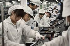Ils sont plus de 1 million. Ils vivent et travaillent ensemble. Si vous lisez ces lignes sur un iPad ou un iPhone, c'est en grande partie grâce à eux.  Foxconn, ce géant industriel chinois auquel Apple a confié la fabrication de ses appareils portables, est observé de près par plusieurs associations internationales de défense des droits des ouvriers. En 2010, les conditions de travail inhumaines dans les usines de Shenzhen et de Chengdu avaient fait les manchettes à la suite de nombreux suicides parmi les employés de Foxconn.   Gilles Sabrie, photographe du New York Times, nous propose ce photoreportage sur la vie quotidienne dans ces véritables villes-usines.