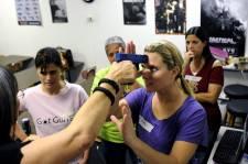 Dans la foulée de la tragédie de Newtown, l'idée d'armer les professeurs dans les établissements scolaires aux États-Unis prend de l'ampleur. Le photographe Brian Blanco de l'agence Reuters a visité une école de tir de Sarasota en Floride qui offre des cours de maniement d'armes pour professeurs seulement.