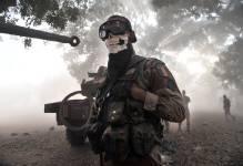 Le foulard représentant une tête de mort donne au soldat des faux airs de...