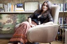 À 29 ans, Laura Gonzalez règne déjà dans la sphère de la déco parisienne. Fuyant le minimalisme des dernières années, elle est l'une des designers qui incarnent le renouveau en aménagement. Elle ne laisse personne indifférent avec ses décors décalés, remplis de papiers peints esprit mamie, de mélanges foisonnants et de détails féminins.