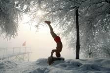 Gao Yinyu n'est pas un retraité comme les autres. Depuis 10 ans, cet enseignant à la retraite fait ses exercices de gymnastique, beau temps, mauvais temps, dans un parc en bordure de la rivière Songhua à Jilin, en Chine. Comme si les séries d'exercices d'équilibre et de musculation ne suffisaient pas, le septuagénaire, en sous-vêtement rouge et pantoufles, termine son entraînement par un petit plongeon dans la rivière, et ce, malgré une température de  -25°C.   Pour tous les frileux qui n'oseraient pas faire de même, sachez que Gao Yinyu affirme n'avoir jamais attrapé le moindre rhume.