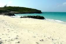 Derrière les plages où se prélassent chaque année des milliers de Québécois existe un pays en pleine effervescence, bruyant, vivant, passionnant qui s'offre volontiers à qui se donne la peine de passer par là.