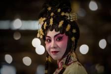 Lundi dernier marquait l'anniversaire de la fermeture de la dernière salle d'opéra cantonais de Hong  Kong, le Sunbeam Theatre.  Malgré des milliers de représentations à guichet fermé depuis la   première représentation en 1972, des promoteurs immobiliers ont choisi  de transformer la salle de spectacle en centre commercial.  Heureusement, cet art séculaire, qui  compte au registre du patrimoine  culturel des intangibles de l'humanité de l'UNESCO  survit, et ce, dans un théâtre  temporaire de 800 places, fait de bambou. Philippe Lopez, photographe de l'Agence France Presse, a visité le West Kowloon Bamboo Theatre et nous offre ce magnifique photoreportage de 27  photos