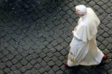 Le pape Benoît XVI marche dans une rue... (PHOTO TONY GENTILE, ARCHIVES REUTERS)