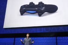L'architecte Mark Cerny tient la nouvelle console PlayStation 4... (PHOTO BRENDAN McDERMID, REUTERS)