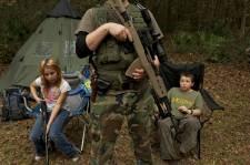 Ne serait-ce que de la présence des quelques jouets trainant autour des tentes de camping multicolores, on se croirait en pleine zone de guerre. Ils sont une douzaine en tenues de camouflage, armes de combats en mains. Parmi eux, des enfants. Le plus jeune n'a que 8 ans. Bienvenue à une session d'entrainement du North Florida Survival Group! Ces «survivalistes» sont d'ardents défenseurs du deuxième amendement de la constitution, qui garantit le droit de porter des armes. Et selon leur site internet, ils sont «prêts à se battre pour défendre ce droit contre les forces ennemies»