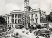 En 1950, après avoir été négligée lors de la dépression économique et par la suite la Deuxième Guerre mondiale, la Maison-Blanche fût reconstruite de l'intérieur dans le but de moderniser la résidence présidentielle construite entre 1796 et 1801. Une perspective rarement vue d'une des résidences les plus célèbres au monde.