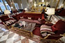 Dans l'ambiance feutrée de l'Hôtel de Crillon, l'un des plus prestigieux hôtels au monde, l'heure est aux embrassades, aux adieux et même aux larmes. L'hôtel centenaire de la place de la Concorde à Paris ferme ses portes ce week-end pour s'offrir deux ans de remise en forme.