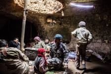 Il y a neuf mois, suite à un bombardement de l'armée syrienne près de sa maison de Sarjah, Abdulkader Darwish déménagea sa famille sous une oliveraie dans une caverne romaine vieille de 2000 ans. Malgré les conditions de vie difficiles, la famille se considère chanceuse d'être à l'abri.
