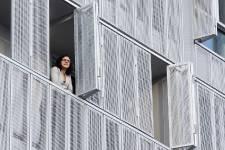 À l'angle des rues Irène et Saint-Jacques, dans le quartier Saint-Henri, le nouvel immeuble Irène attire l'attention. Les trois étages ajoutés au-dessus d'un bâtiment existant sont recouverts d'une peau métallique perforée qui change constamment selon l'intensité du soleil, au gré des activités et des préférences des occupants. D'un moment à l'autre, le jeu des volets ouverts ou fermés devant les fenêtres et les balcons modifie l'apparence de l'édifice.