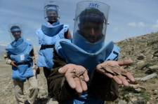 Il y a 23 ans, Haji Abdul Samad, alors combattant antisoviétique, perd sa jambe en bordure d'un champ de mines; depuis, ce démineur expérimenté prétend avoir déterré plus de 1000 engins en Afghanistan, l'un des pays les plus touchés par ce fléau.