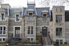 Le patrimoine bâti résidentiel de Montréal n'a pas toujours droit au meilleur des traitements. Certains métiers dont on peut encore admirer les prouesses passées sont aujourd'hui presque oubliés, ce qui rend difficile la restauration. Mais qui veut peut.