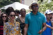 Beyoncé et Jay-Z visitent le vieux quartier de La Havane à Cuba.