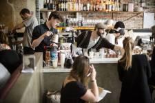 C'est devenu en quelques mois l'une des tables les plus courues de Paris. Mais ne cherchez pas son numéro de téléphone, et encore moins son adresse. Gros plan sur le Paris Popup, le restaurant «ambulant» derrière lequel se cachent deux Québécoises et un Britannique.