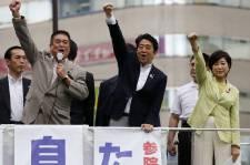 Grand adepte de Facebook, le premier ministre Shinzo... (Photo Toru Hanai, REUTERS)