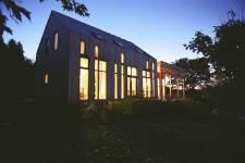 <p>Des matériaux naturels et texturés, des paysages magnifiquement cadrés, une baignoire avec vue ou une terrasse protégée... Il y a des aménagements qui font toute la différence en milieu rural. Une maison signée Marc Blouin à Sainte-Pétronille.</p>