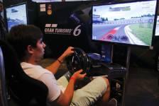 Un visiteur joue à Gran Turismo 6 au... (PHOTO INA FASSBENDER, REUTERS)
