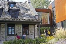 Pour l'agrandissement de sa maison ancestrale de Dorval, un couple a préféré jouer les contrastes plutôt que d'imiter le passé. Aujourd'hui, la grande résidence familiale fait cohabiter les époques et les générations, des enfants aux grands-parents.