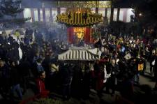 Les membres de la communauté chinoise de Richmond, en Colombie-Britannique, se sont réunis par milliers au temple bouddhiste pour célébrer le Nouvel An chinois. Le Nouvel An lunaire, célébré aujourd'hui, est le premier jour du premier mois du calendrier chinois. Cette fête souligne le début de la fête du printemps qui se déroule sur quinze jours. La date du Nouvel An chinois dans notre calendrier varie d'une année sur l'autre, mais tombe toujours entre le 21 janvier et le 20 février.