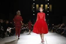 La jeune créatrice Simone Rocha a présenté des silhouettes élisabéthaines mardi au dernier jour de la Semaine de la mode à Londres, rendez-vous qui a confirmé la créativité d'une génération montante de designers.