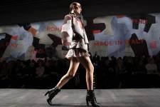Au deuxième jour des défilés milanais de prêt-à-porter féminin pour l'hiver prochain les couturiers ont invité au voyage, de la terre aux confins de l'univers chez Fendi, dans les brumes de Londres chez Max Mara, à Florence chez Just Cavalli.